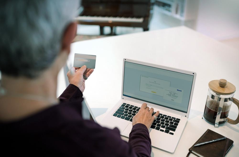 Una donna vista di spalle al computer sicurezza online e pericoli della rete