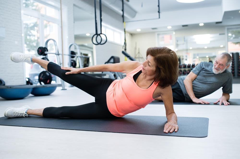 Una donna e un uomo in palestra che fanno ginnastica