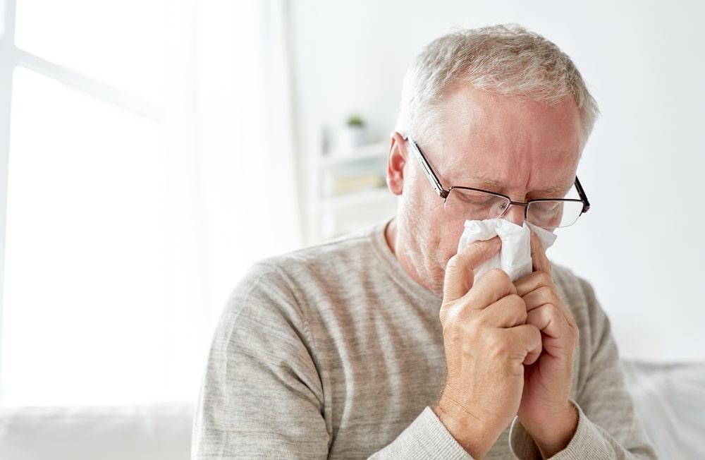 uomo di mezze età con allergia