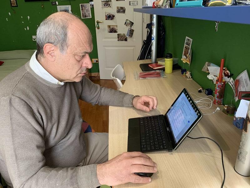 Un uomo lavora al computer
