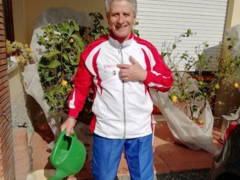 Un uomo annaffia le piante nel suo giardino