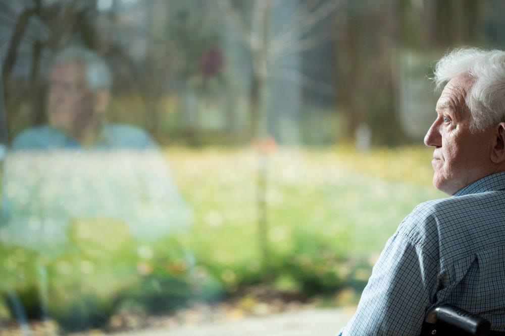 Anziano con Alzheimer in solitudine
