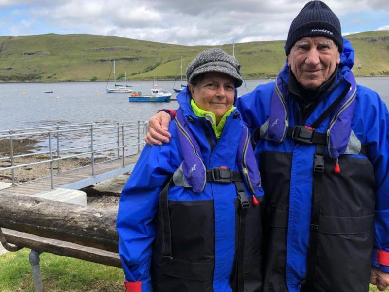 Una coppia davanti ad un lago