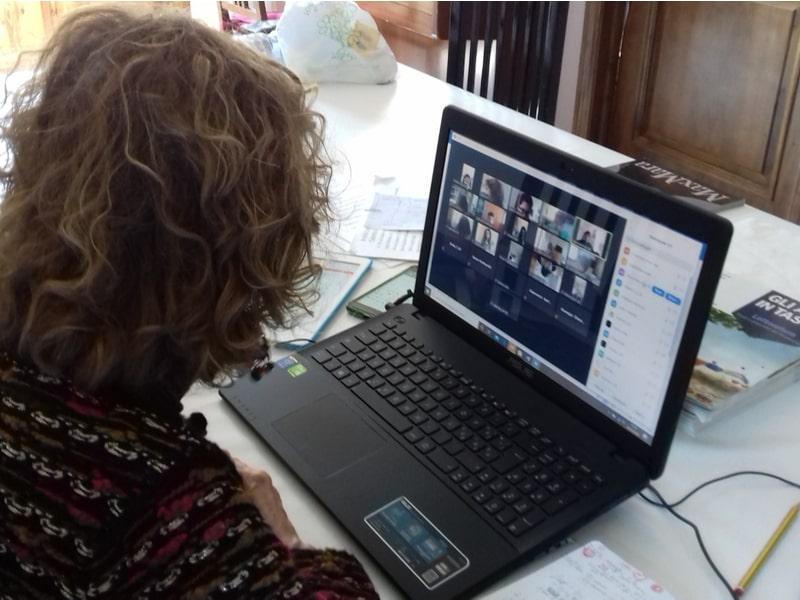 Un'insegnante al computer con i propri studenti