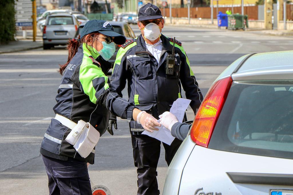 vigili in strada che stanno multando
