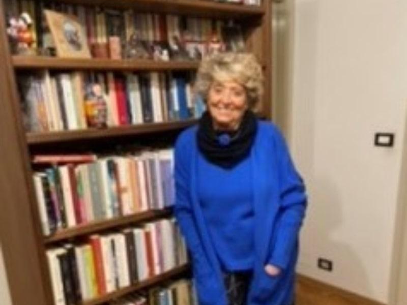 Una donna davanti ad una libreria