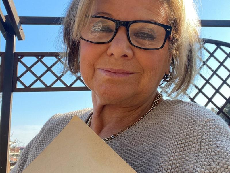 Una donna con un libro
