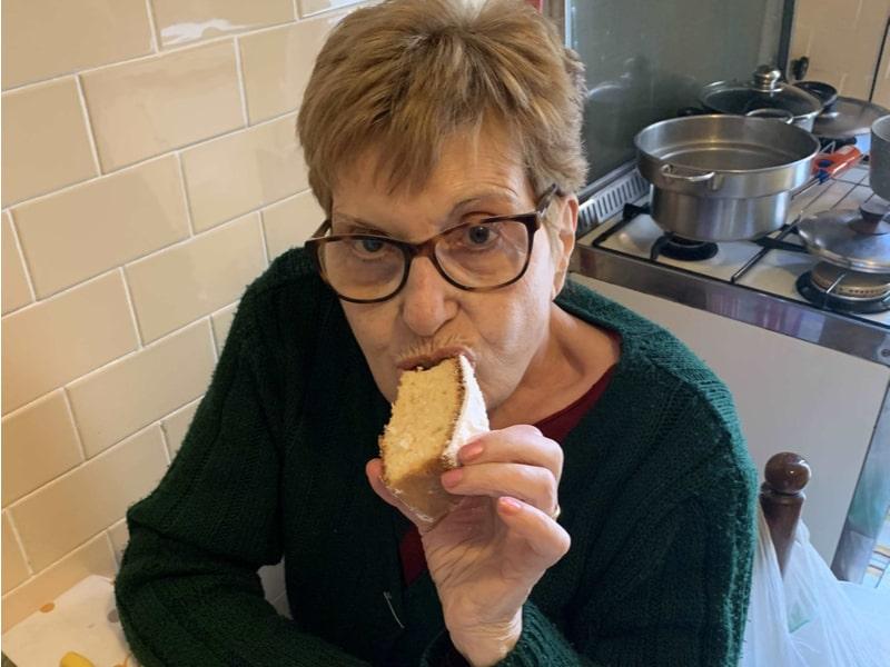 Una donna mangia una fetta di torta