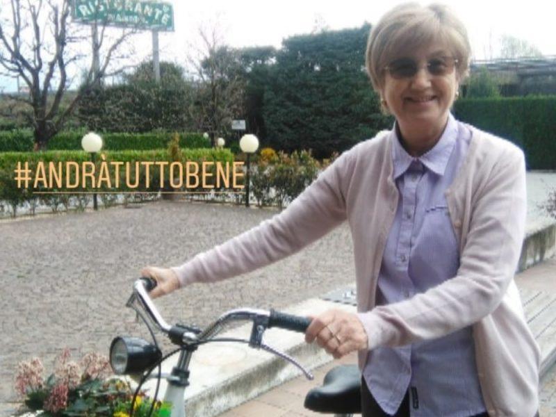 Una donna a passeggio in bicicletta