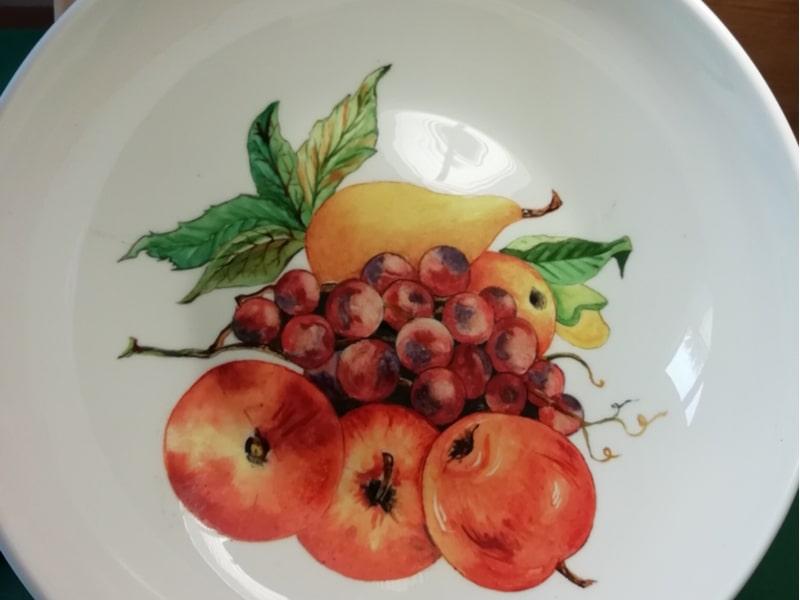 Un piatto di porcellana decorato a mano