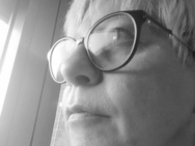 Primo piano di una donna in bianco e nero