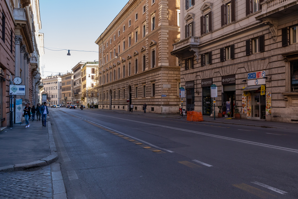 Una strada di roma deserta