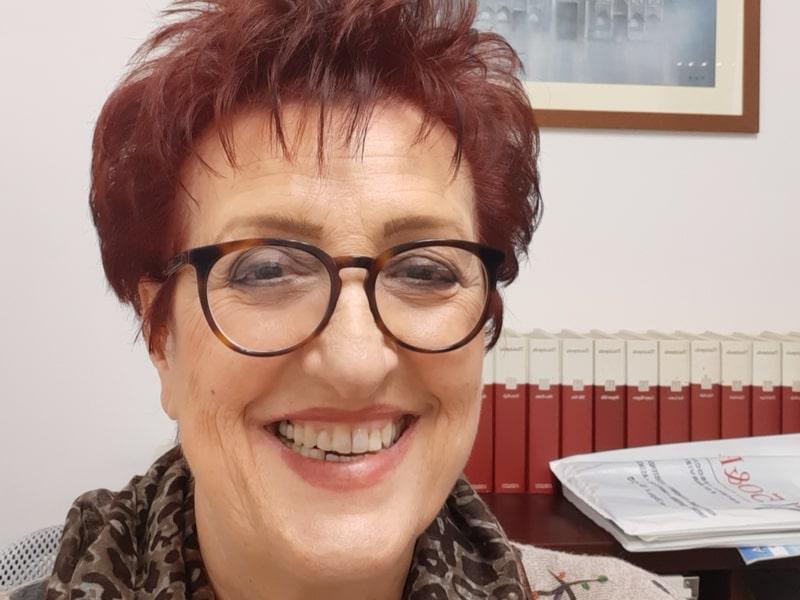 Una donna in primo piano sorride