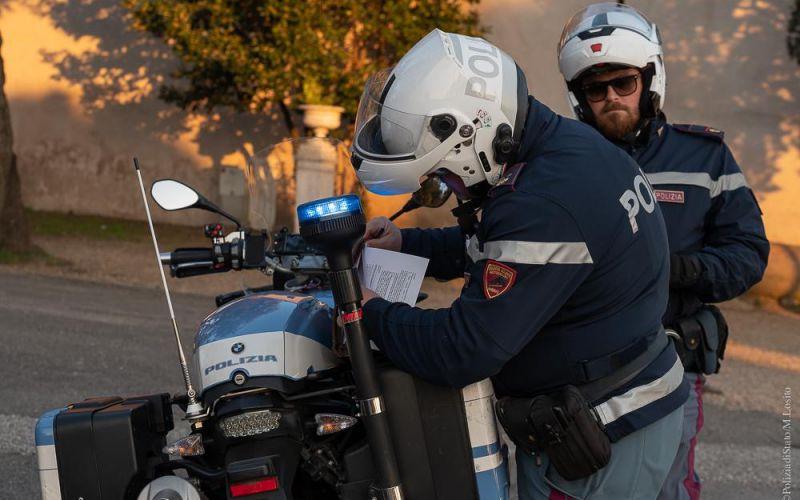 polizia che esegue controlli in strada