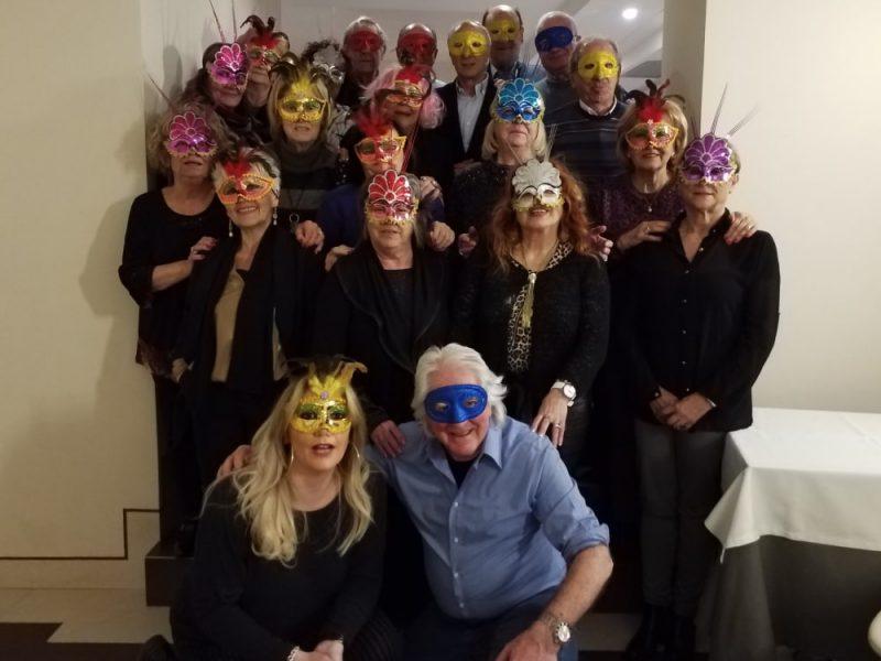 Un gruppo di amici mascherati per carnevale