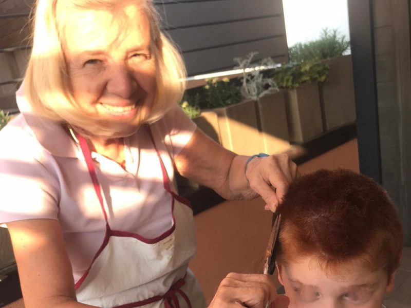 Una nonna taglia i capelli al nipote