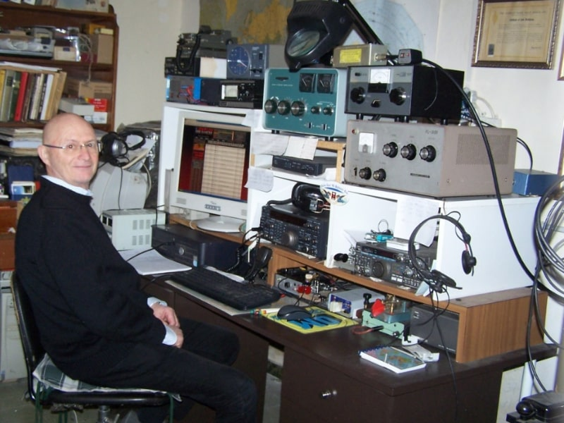 Un uomo davanti ad un impianto radio