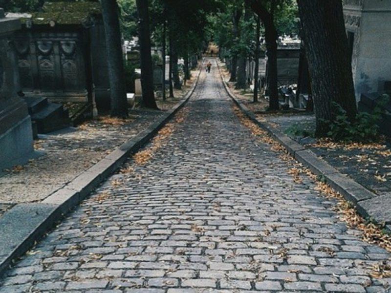 Una strada ciottolata