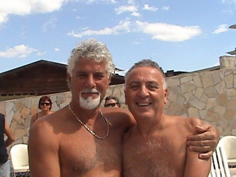La fotografia di due uomini abbracciati