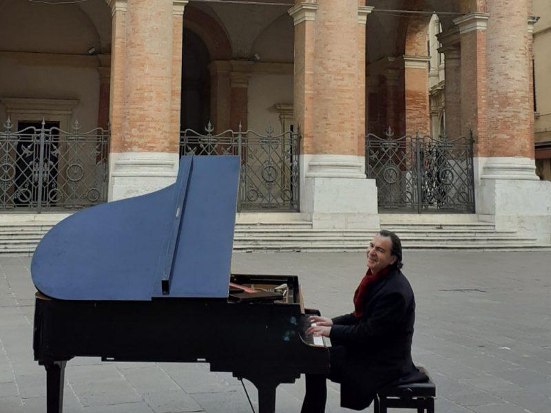 Un pianista suono al centro di Piazza dei Signori a Vicenza