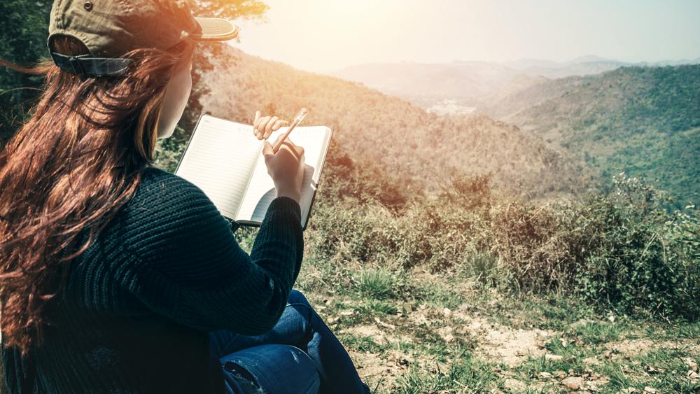 Una donna legge una poesia