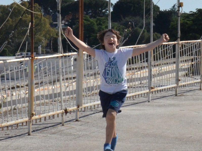 Un bambino corre felice