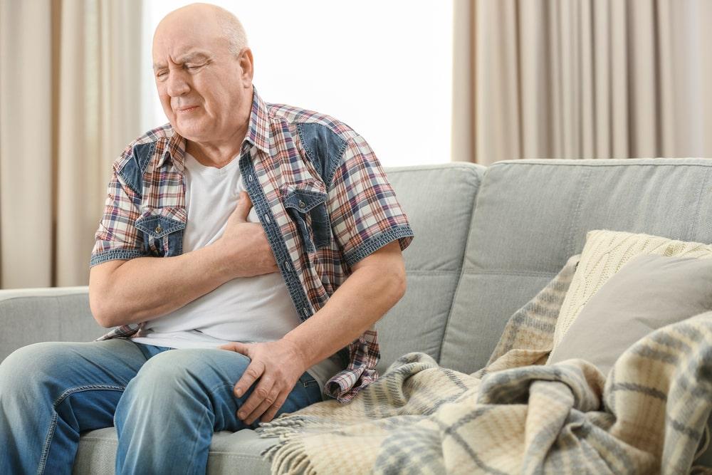 Senior con sintomi dolore al cuore