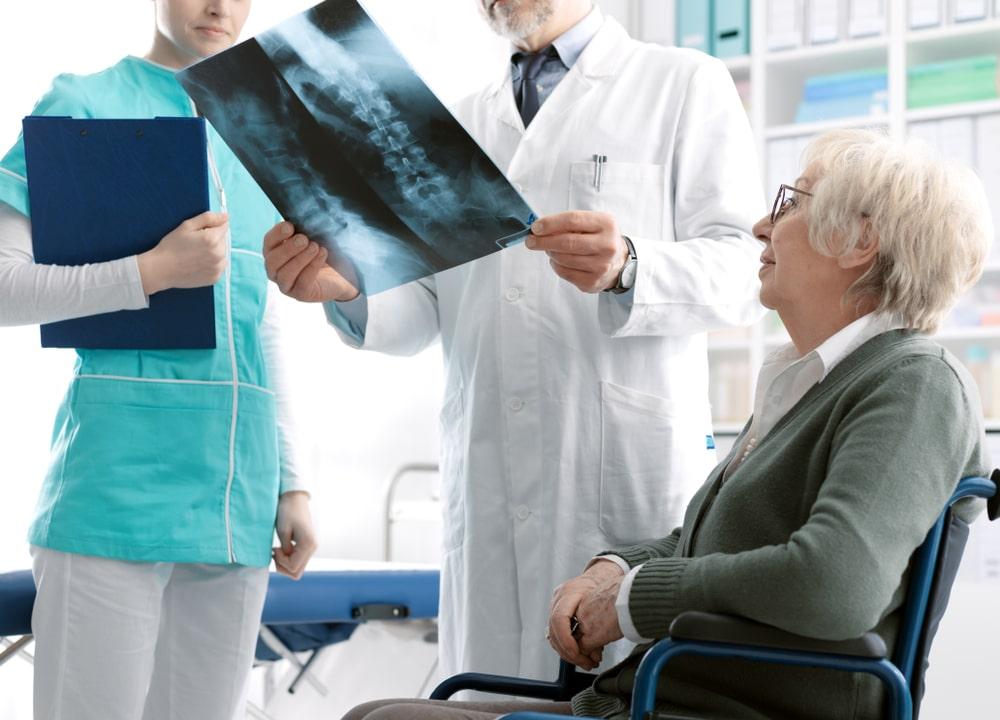 Donna con medico che legge le lastre