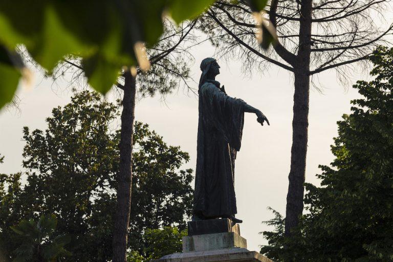 Ascoli Piceno. Statua di Cecco D'Ascoli