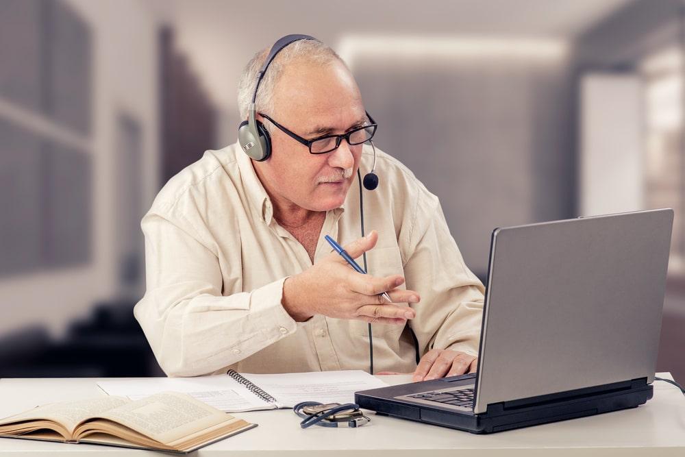 Anziano a lezione on line