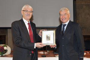 Udine. Il Presidente provinciale 50&Più Guido De Michielis premia il Presidente nazionale 50&Più Carlo Sangalli