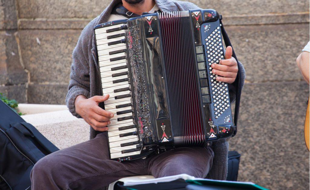 Un uomo suona la fisarmonica
