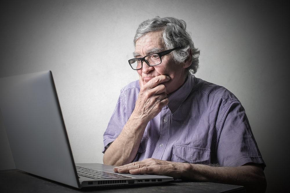 Senior dubbioso davanti ad un computer