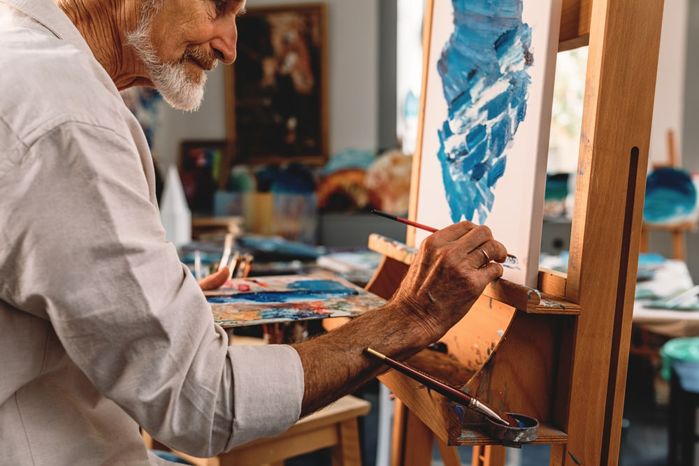 Senior creativo mentre dipinge