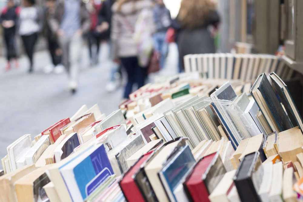Banco di libri sulle strade di Napoli