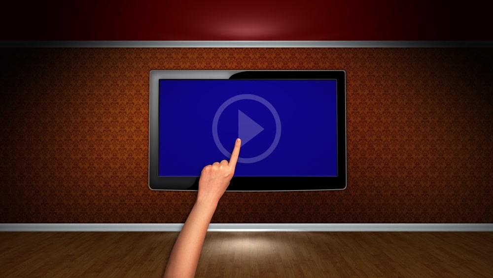 schermo di un tablet su una parete