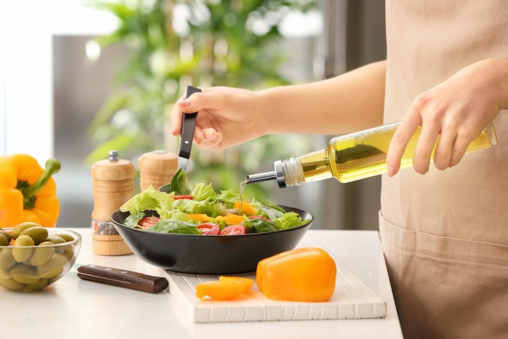 Piatto di insalata condito con olio