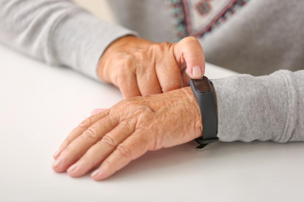 Over 65 con smart device al polso