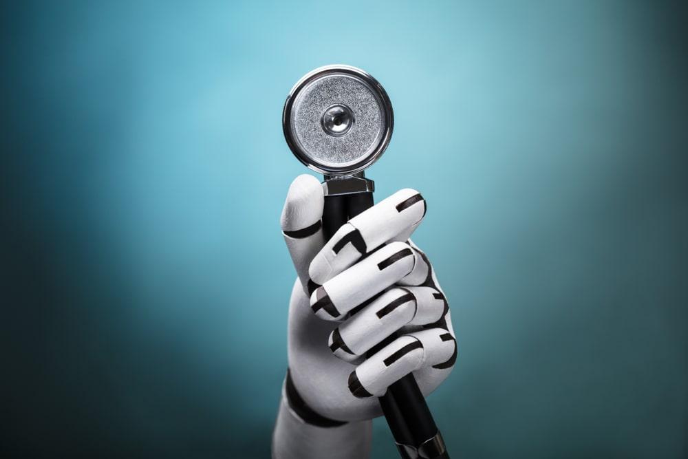 Mano robot con stetoscopio