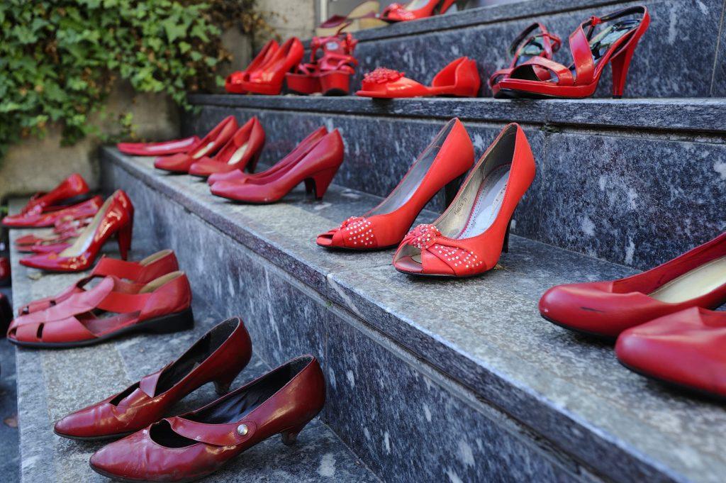 Scarpe rosse in una manifestazione contro la violenza sulle donne