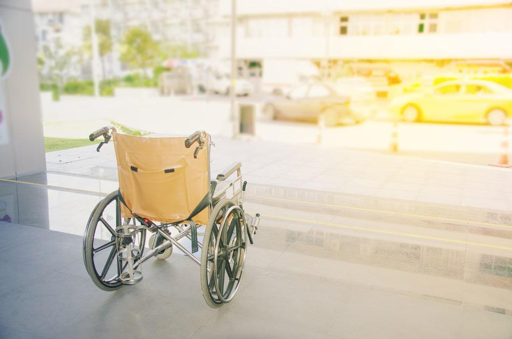 Sedia a rotelle vuota per chi soffre di sclerosi