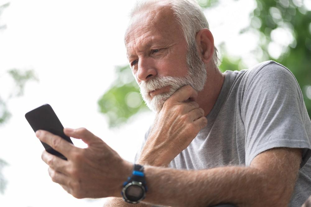 Senior dubbioso consulta le sue App
