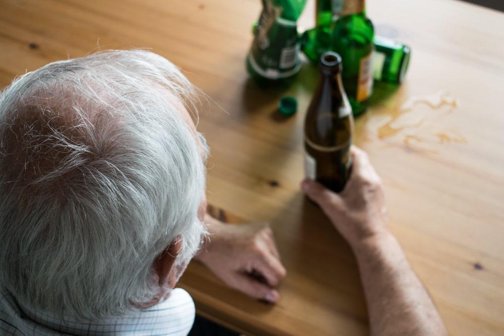 Senior che consuma alcol