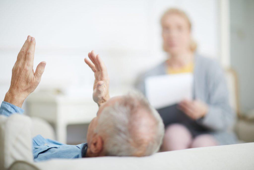 Un uomo senior durante una seduta di psicoterapia