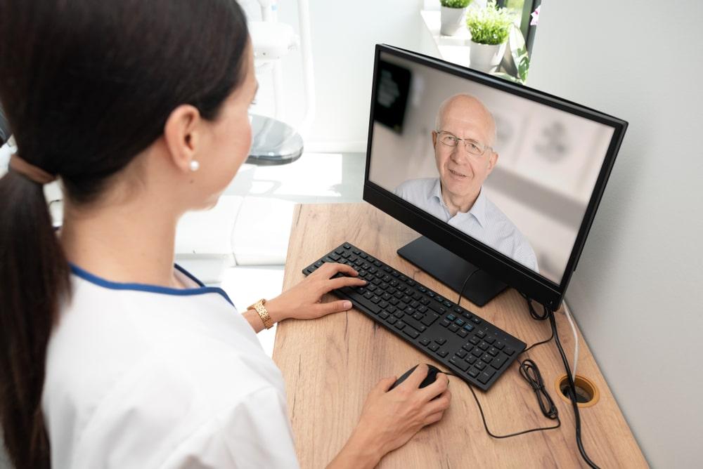 Senior mentre fa televisita medica