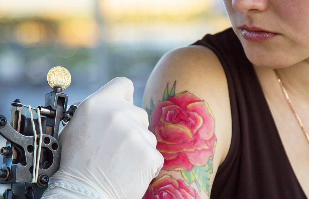 Ragazza che si fa un tatuaggio