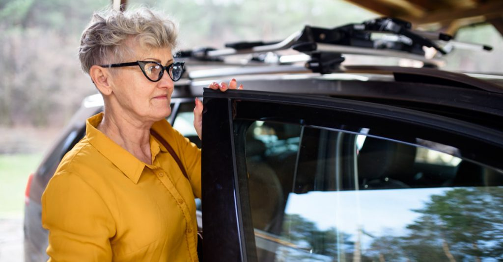 Anziana guida auto