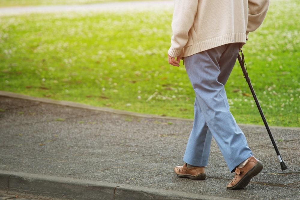 Persona anziana con bastone