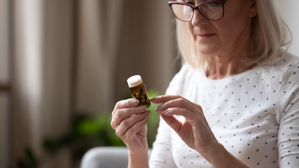 Donna che legge istruzioni farmaci