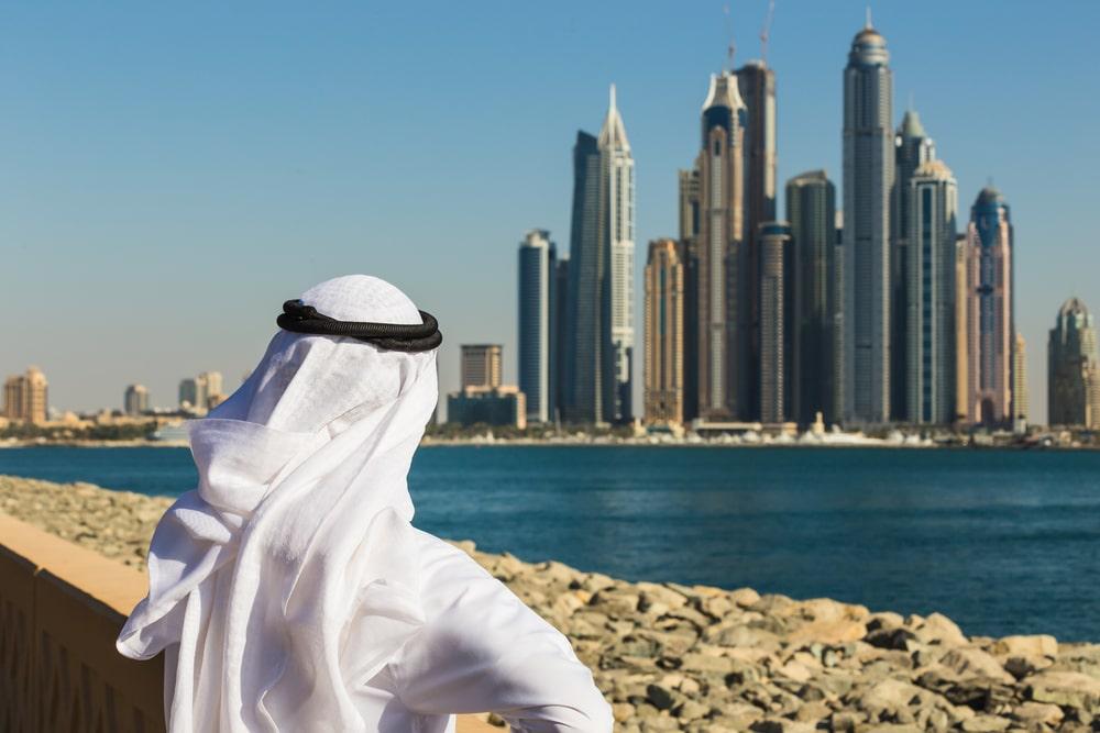 Uomo guarda sfondo urbano di Dubai